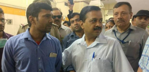 मुख्यमंत्री अरविन्द केजरीवाल संजय गाँधी हॉस्पिटल में औचक निरीक्षण के दौरान।