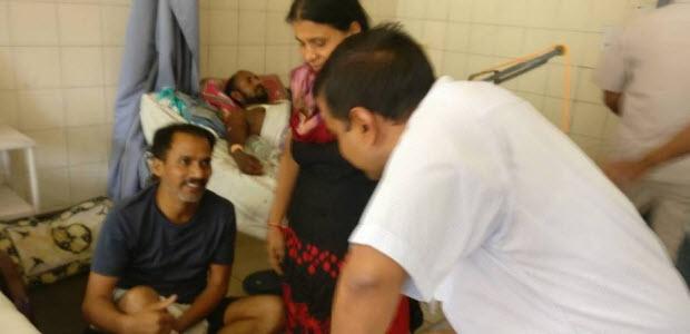 मुख्यमंत्री अरविन्द केजरीवाल संजय गाँधी हॉस्पिटल में मरीजों से मुलकात करते हुए।